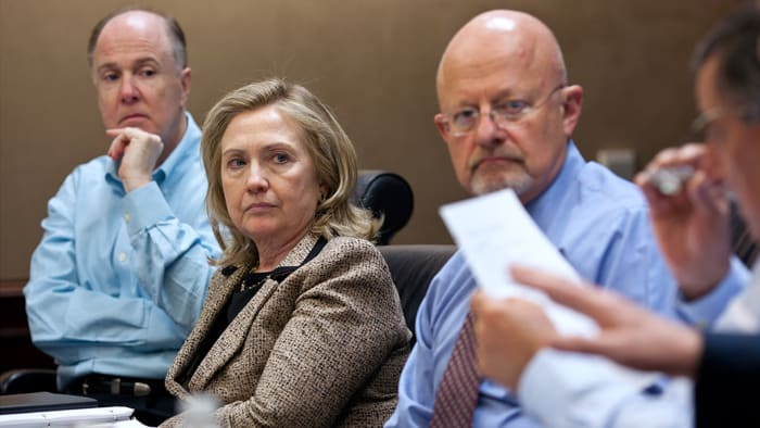 Le conseiller à la sécurité nationale Tom Donilon, la secrétaire d'État Hillary Clinton et le directeur du renseignement national James Clapper écoutent Leon Panetta, directeur de la CIA, lors d'une réunion dans la salle de situation le 1er mai 2011 à Washington, DC