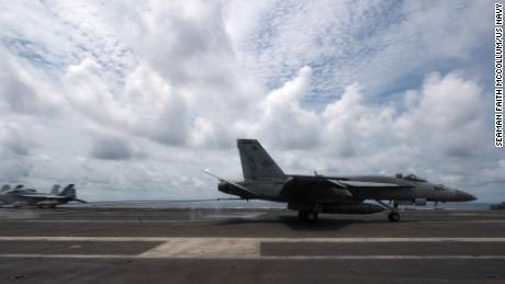 A US Navy F / A 18e super Hornet, what lands flight on board the aircraft carrier Theodore P. Ducae Lascaris, April 5, 2021, including matters in the South China Sea.