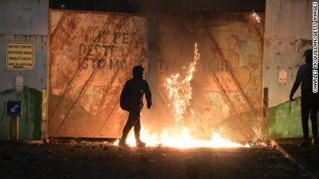 Youths clashed burns like a fire fed by front gate Peace Springfield Road / Lanerfc April 7 in the interface in Belfast, Northern Ireland.