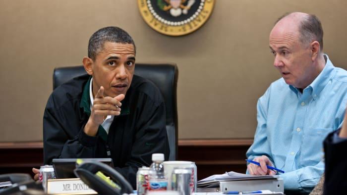 Le président Barack Obama et le conseiller à la sécurité nationale Tom Donilon lors d'une réunion dans la salle de situation de la Maison Blanche, discutant de la mission de capturer ou de tuer Oussama Ben Laden, le 1er mai 2011.