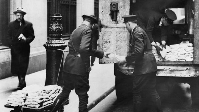 Sending of gold coins, valued at the time in six digits, from depositors of the Empire Trust Co. It was part of the flow back into the coffers of the Federal Reserve Bank during the stock market crisis.