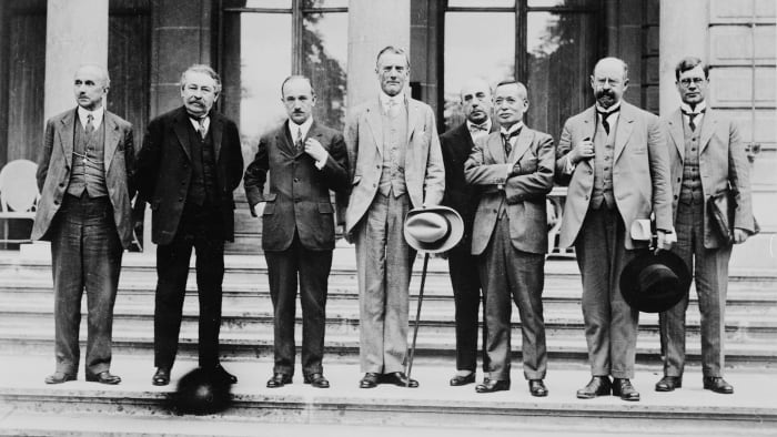 Some brought together members of the Council of the League of Nations in Geneva where the Geneva Protocol was signed.  The group includes (from left to right): Vittorio Scialoga (Italy), Aristide Briand (France), Edvard Benes (Czechoslovakia), Austen Chamberlain (England), Ischii Kikujiro (Japan), Émile Vandervelde (Belgium).