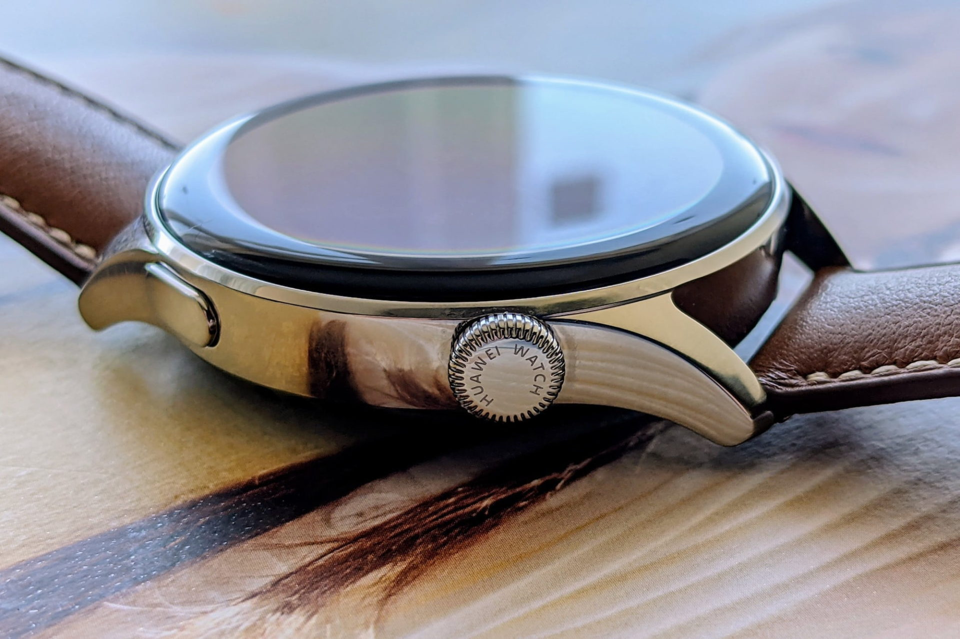 The Huawei Watch 3's crown with inscription