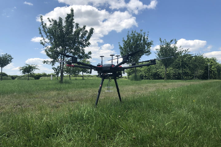Acoustic system mounted on a drone.
