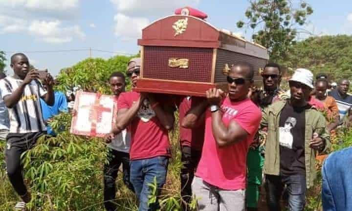 People carrying the coffin of Daniel Apedel