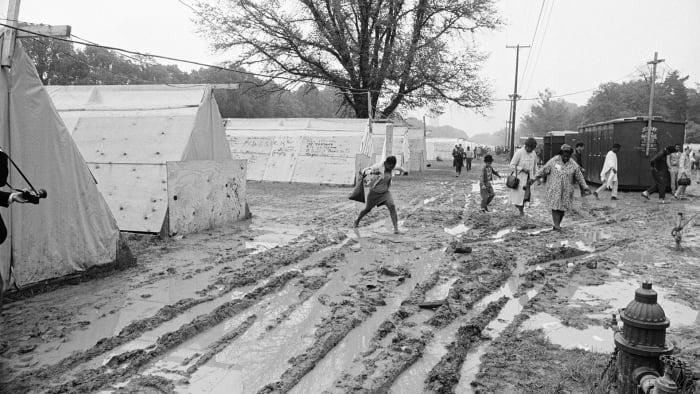 Hundreds of poor walkers abandoned Resurrection City on 05/24 after overnight rain turned their encampment into a quagmire of yellow mud.