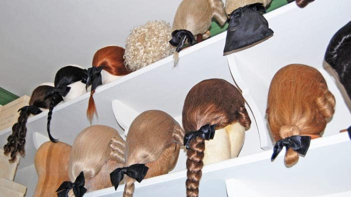 Costume wigs modeled on those worn in the American colonies.