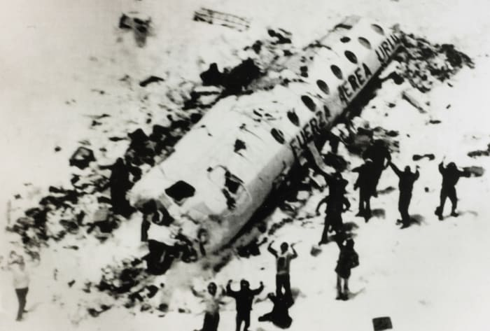 The survivors of the Andean air disaster are waiting to be rescued. Those who remained alive, after many days without food, survived by resorting to cannibalism.